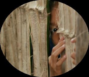 Meisje kijkend door schutting 2